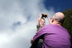 Muchacho y papá con el carro más alto Imagenes de archivo
