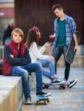 Muchacho y pares ofendidos de adolescencias aparte fotografía de archivo libre de regalías