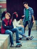 Muchacho y pares ofendidos de adolescencias aparte Imagen de archivo libre de regalías