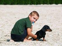 Muchacho y perro Imágenes de archivo libres de regalías