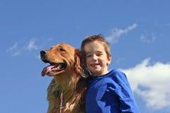 Muchacho y perro en cielo Imagen de archivo