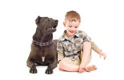 Muchacho y perro grande que se sientan junto imagenes de archivo