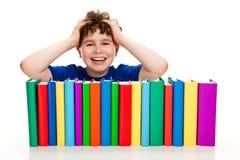 Muchacho y pila de libros imagen de archivo