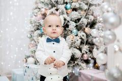 Muchacho y árbol de navidad hermosos Fotografía de archivo libre de regalías