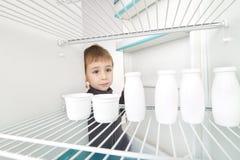 Muchacho y refrigerador vacío Foto de archivo libre de regalías