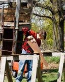 Muchacho y su casa de árbol Imagenes de archivo