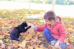 Muchacho y su gato Fotos de archivo libres de regalías