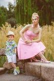 Muchacho y su motherposing elegante en parque Fotografía de archivo