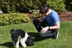 Muchacho y su pequeño perro Imagen de archivo