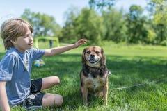 Muchacho y su perro Fotos de archivo libres de regalías