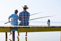 Muchacho y su togethe de la pesca del padre Fotografía de archivo libre de regalías