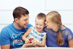 Muchacho y sus padres Fotos de archivo libres de regalías