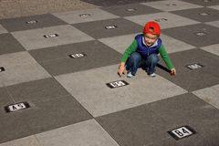 Muchacho y tablero de ajedrez Fotografía de archivo