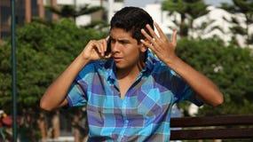 Muchacho y teléfono celular adolescentes enojados Fotos de archivo libres de regalías