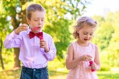 Muchacho y una muchacha de 6 años en el prado Imagenes de archivo