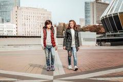 Muchacho y una muchacha que camina a casa junto después de escuela fotos de archivo libres de regalías