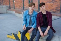 Muchachos aburridos de los adolescentes en la calle Imagen de archivo libre de regalías
