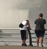 Muchachos adolescentes en las caídas de los niagars Fotos de archivo libres de regalías