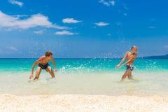 Muchachos adolescentes felices que se divierten en la playa tropical Vacatio del verano Imagen de archivo libre de regalías