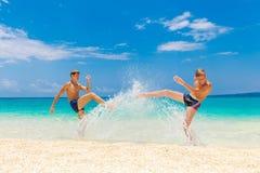 Muchachos adolescentes felices que se divierten en la playa tropical Vacatio del verano Imagenes de archivo