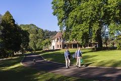 Muchachos adolescentes que caminan a casa Imagen de archivo libre de regalías
