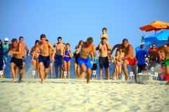 Muchachos adolescentes que compiten en raza del sprint de la playa Imagen de archivo libre de regalías