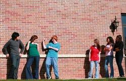 Muchachos adolescentes que ligan con una muchacha Imagen de archivo libre de regalías