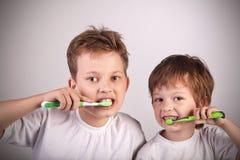 Muchachos con el cepillo de dientes Foto de archivo libre de regalías