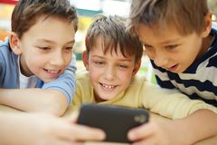 Muchachos con el teléfono móvil Imagen de archivo libre de regalías