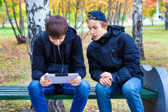 Muchachos con la tableta al aire libre Imagenes de archivo