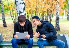 Muchachos con la tableta al aire libre Fotografía de archivo libre de regalías
