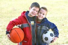 Muchachos con las bolas de los deportes Foto de archivo libre de regalías