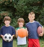 Muchachos con las bolas de los deportes Fotos de archivo libres de regalías