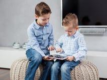 Muchachos con PC de la tablilla fotografía de archivo libre de regalías