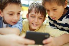 Muchachos con smartphone Fotografía de archivo