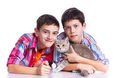 Muchachos con su gato Fotos de archivo