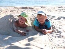 Muchachos de Brother en el mar Fotografía de archivo libre de regalías