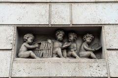 Muchachos de la escultura con los libros en Viena Imágenes de archivo libres de regalías