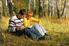 Muchachos de la lectura Foto de archivo