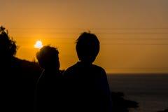 Muchachos de la puesta del sol fotografía de archivo