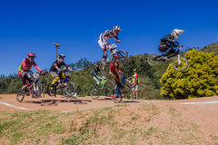Muchachos de la raza de la bici de BMX Ramping el aire Fotos de archivo