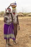 Muchachos de la tribu de Mursi con la ametralladora en el pueblo de Mirobey Omo V Foto de archivo