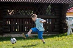 Muchachos de los adolescentes que juegan el partido de fútbol del fútbol Futbolistas jovenes que corren y que golpean el balón de Fotografía de archivo