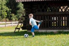 Muchachos de los adolescentes que juegan el partido de fútbol del fútbol Futbolistas jovenes que corren y que golpean el balón de Foto de archivo libre de regalías