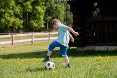 Muchachos de los adolescentes que juegan el partido de fútbol del fútbol Futbolistas jovenes que corren y que golpean el balón de Fotografía de archivo libre de regalías