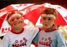 Muchachos de los gemelos el el día de Canadá Foto de archivo