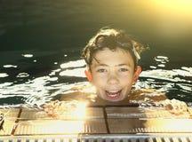 Muchachos del adolescente en piscina del aire abierto Imágenes de archivo libres de regalías