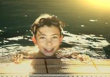 Muchachos del adolescente en piscina del aire abierto Foto de archivo