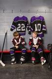 Muchachos del jugador de hockey que consiguen vestidos Foto de archivo libre de regalías