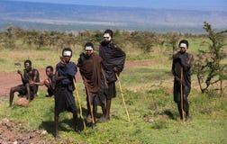 Muchachos del Masai en ropa y caras negras de la pintura Fotos de archivo libres de regalías